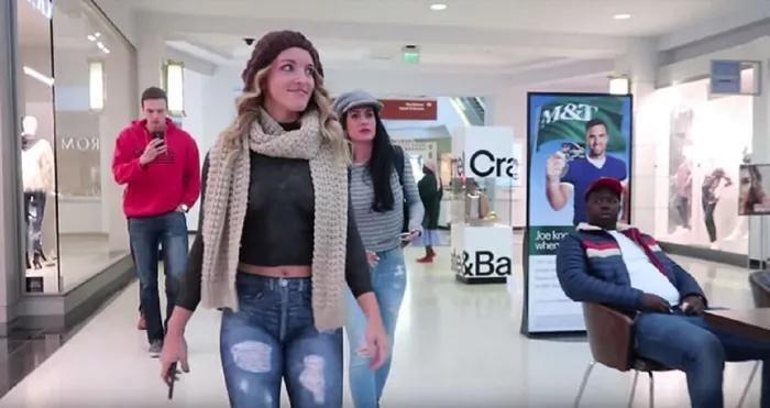 Sửng sốt cô gái không mặc quần áo ngang nhiên đi lại ở siêu thị-1