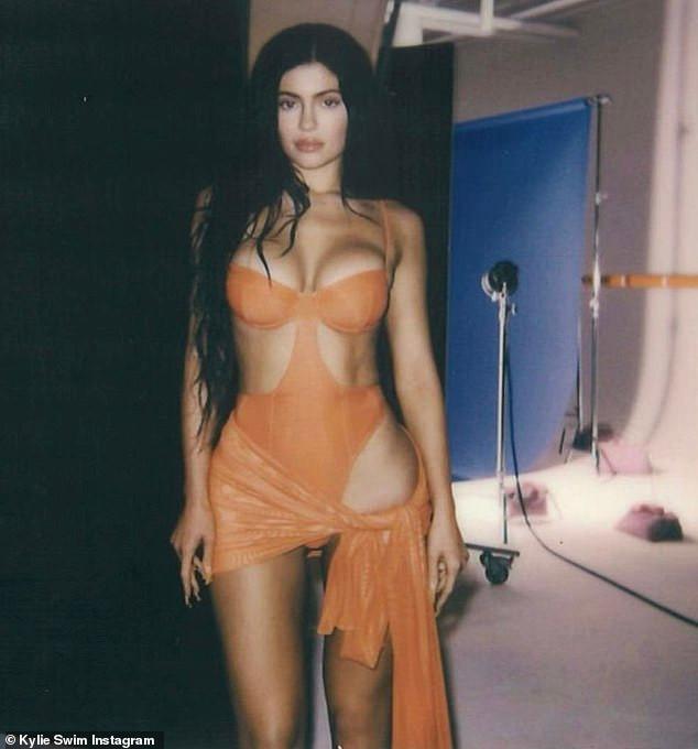Kylie Jenner tự lăng xê bikini thương hiệu riêng - 3