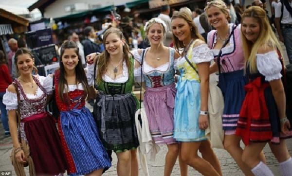 Những trang phục truyền thống ấn tượng và kỳ lạ trên thế giới - 4