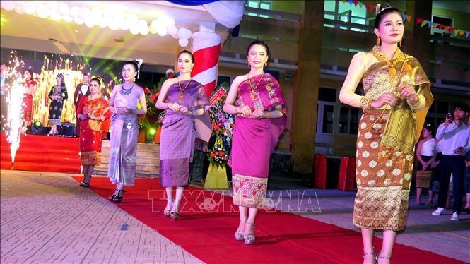 Những trang phục truyền thống ấn tượng và kỳ lạ trên thế giới - 15