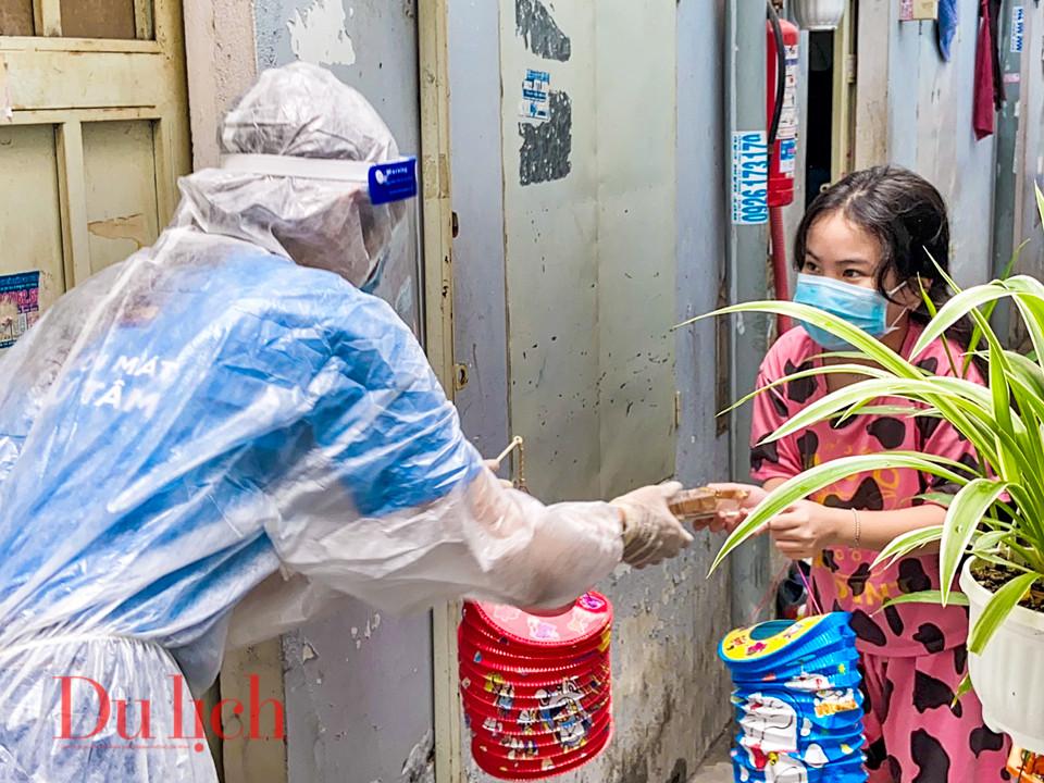 Chị Hằng mặc đồ bảo hộ tặng quà các em nhỏ mùa Tết Trung thu - 11
