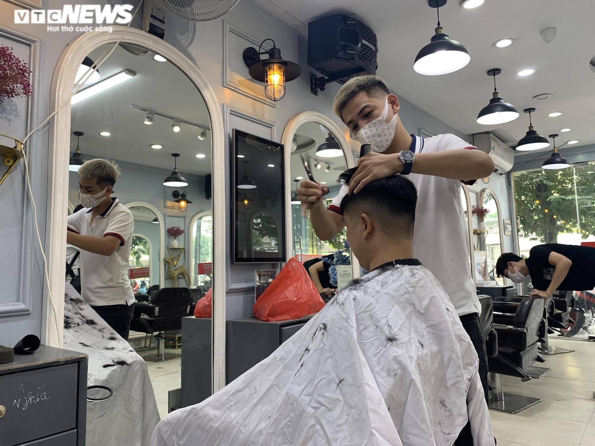 Hà Nội ngày đầu nới lỏng, thợ cắt tóc làm không kịp nghỉ - 2