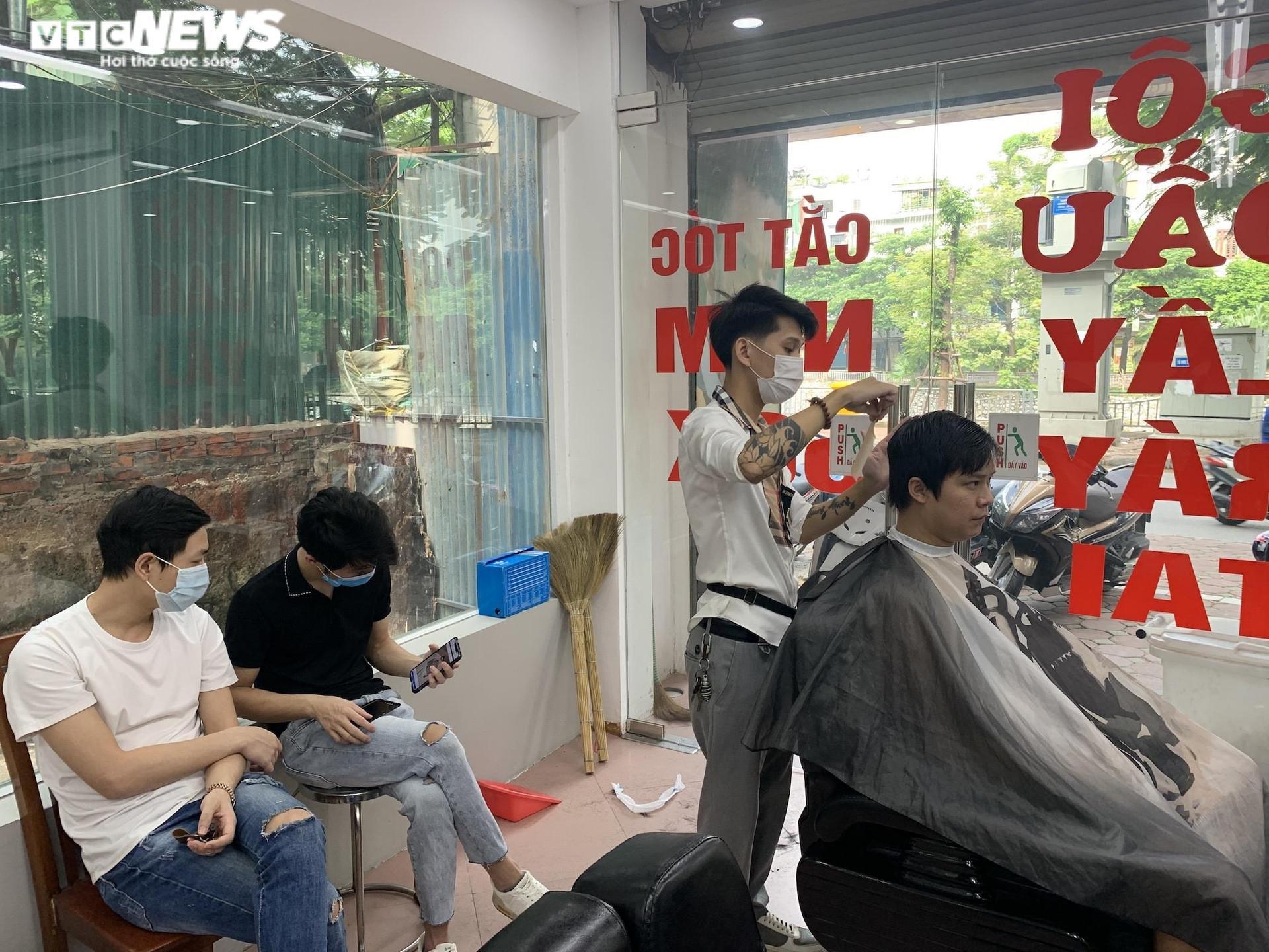 Hà Nội ngày đầu nới lỏng, thợ cắt tóc làm không kịp nghỉ - 5