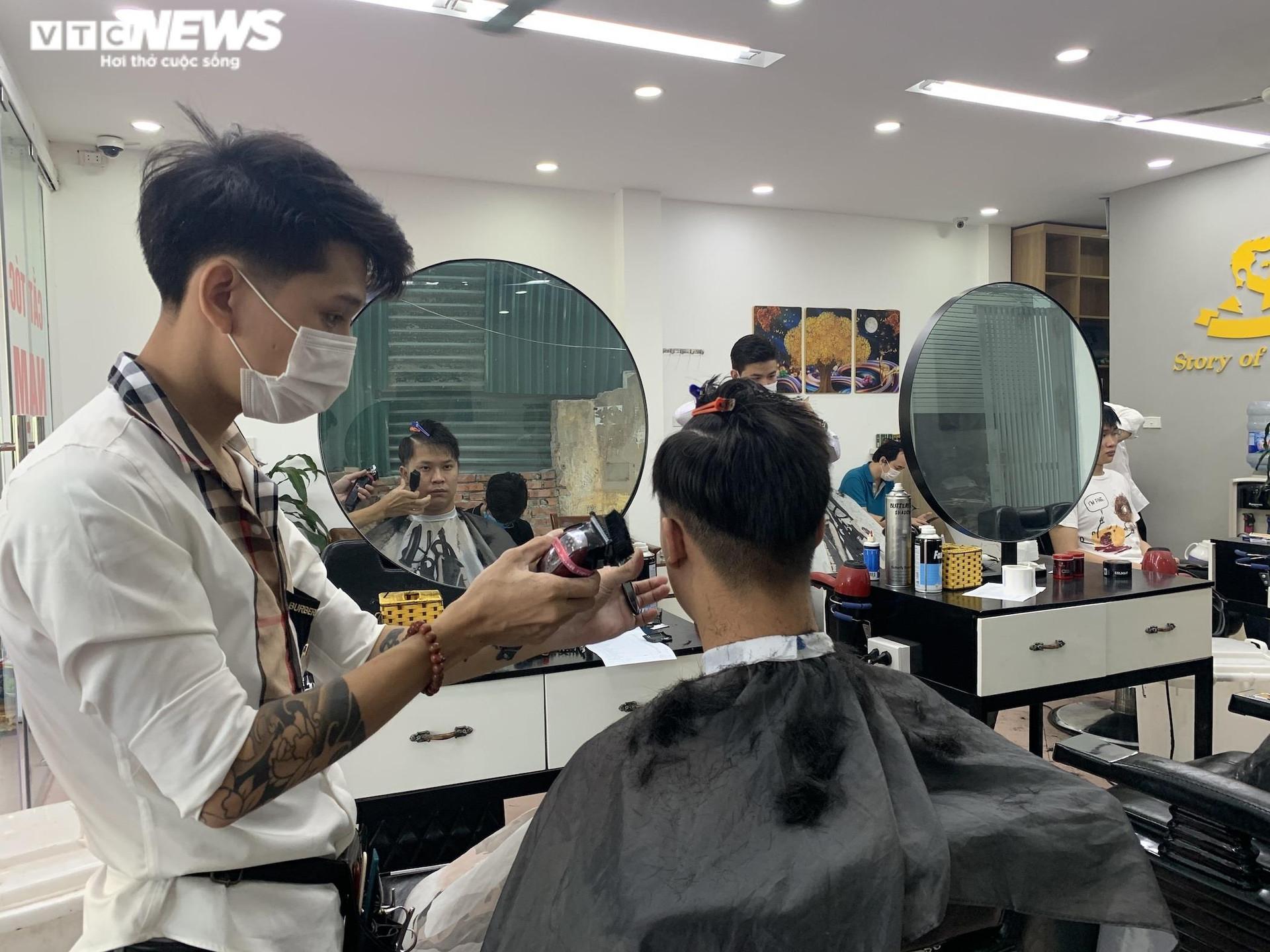 Hà Nội ngày đầu nới lỏng, thợ cắt tóc làm không kịp nghỉ - 6