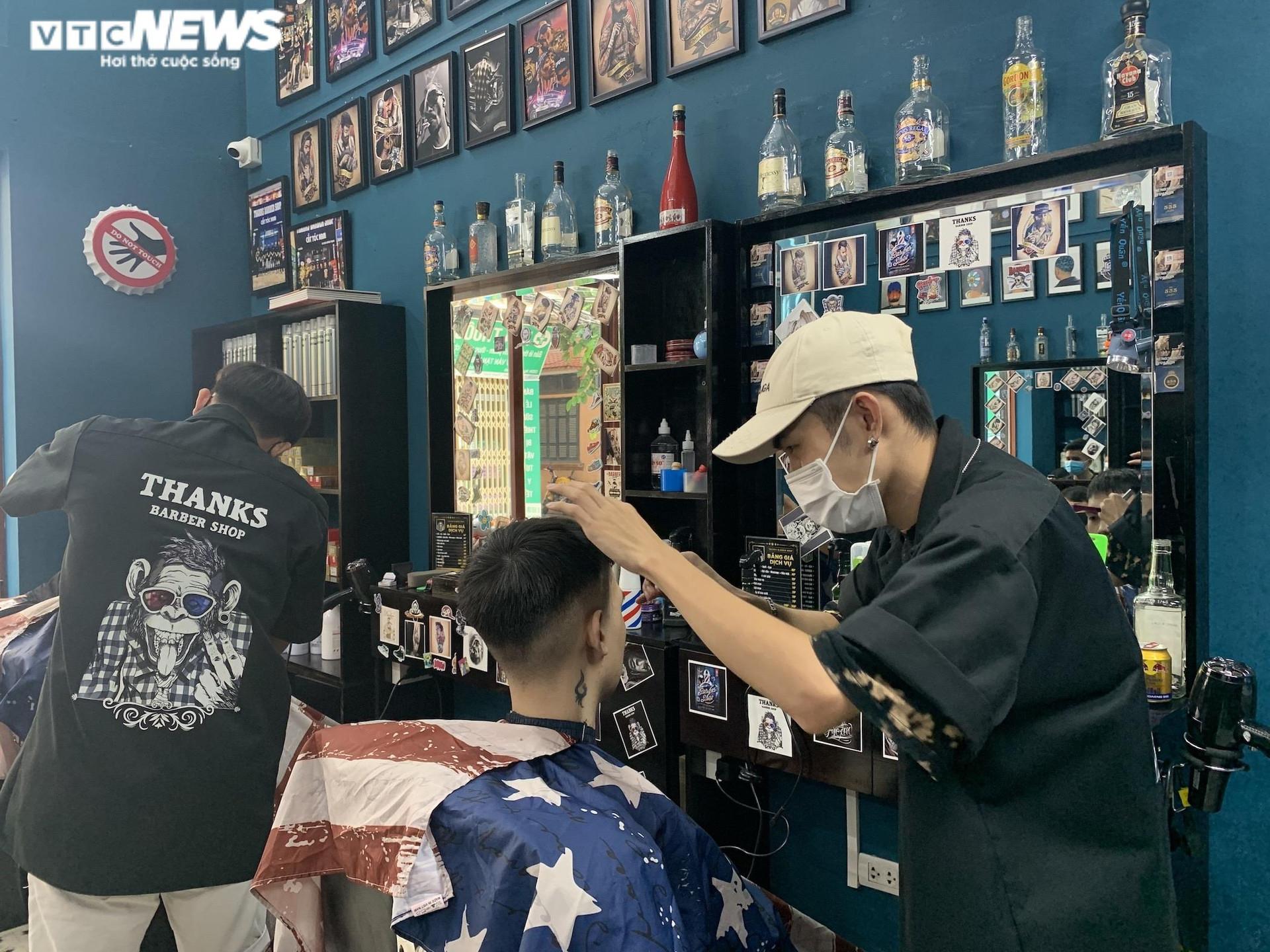 Hà Nội ngày đầu nới lỏng, thợ cắt tóc làm không kịp nghỉ - 11