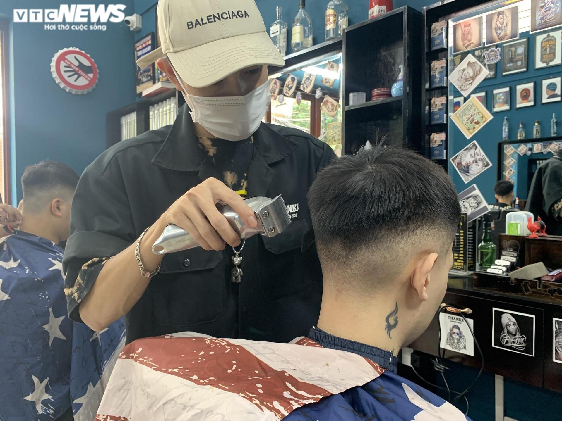 Hà Nội ngày đầu nới lỏng, thợ cắt tóc làm không kịp nghỉ - 12