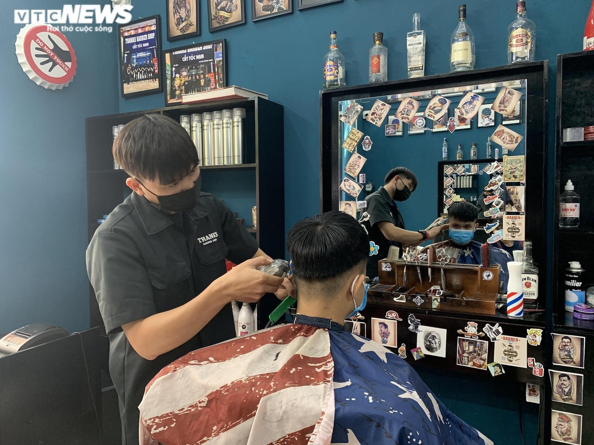Hà Nội ngày đầu nới lỏng, thợ cắt tóc làm không kịp nghỉ - 10