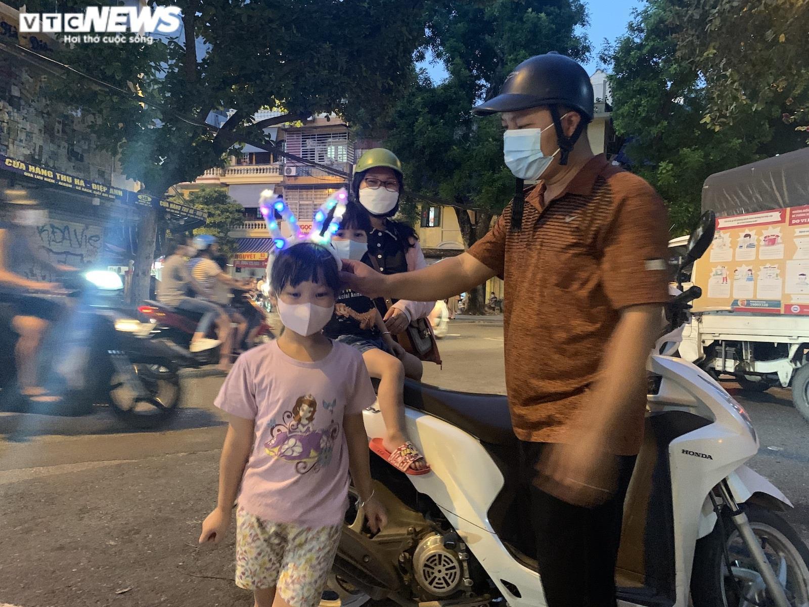 Người Hà Nội tấp nập mua sắm đón Tết Trung thu, phố Hàng Mã không còn buồn tẻ - 10