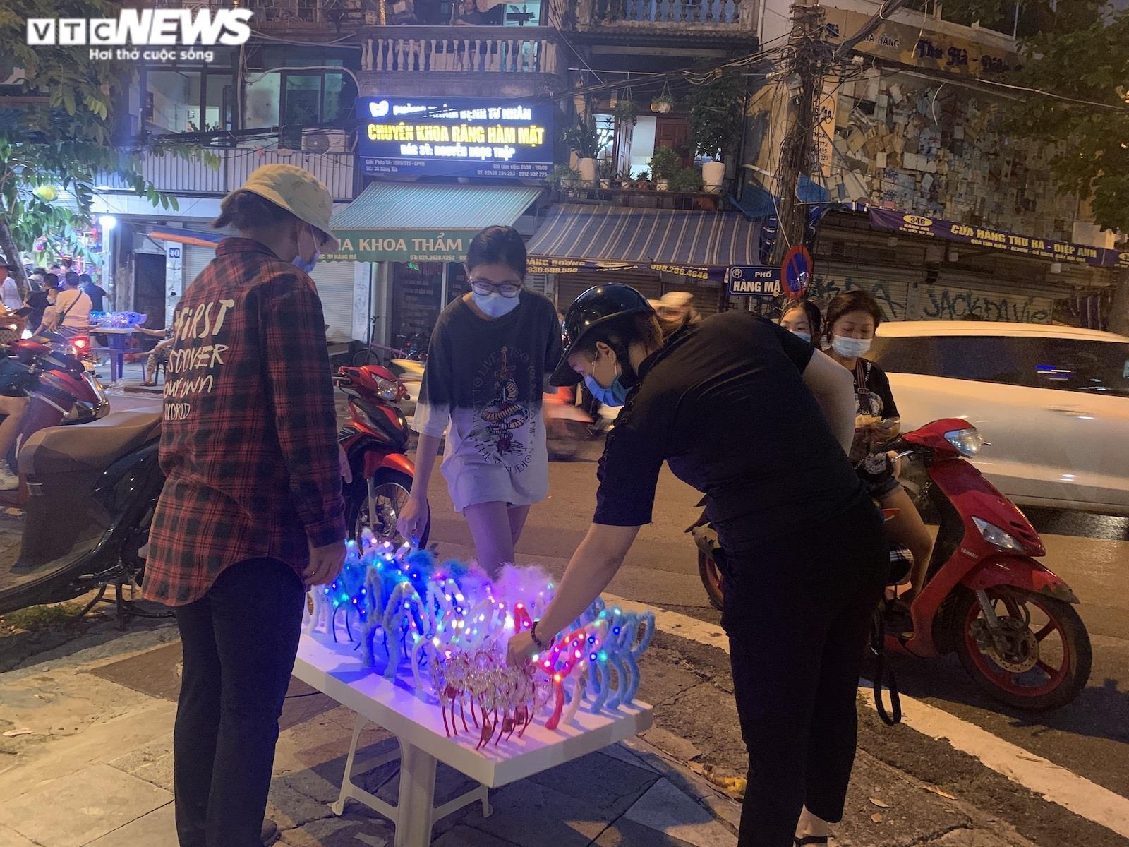 Người Hà Nội tấp nập mua sắm đón Tết Trung thu, phố Hàng Mã không còn buồn tẻ - 8