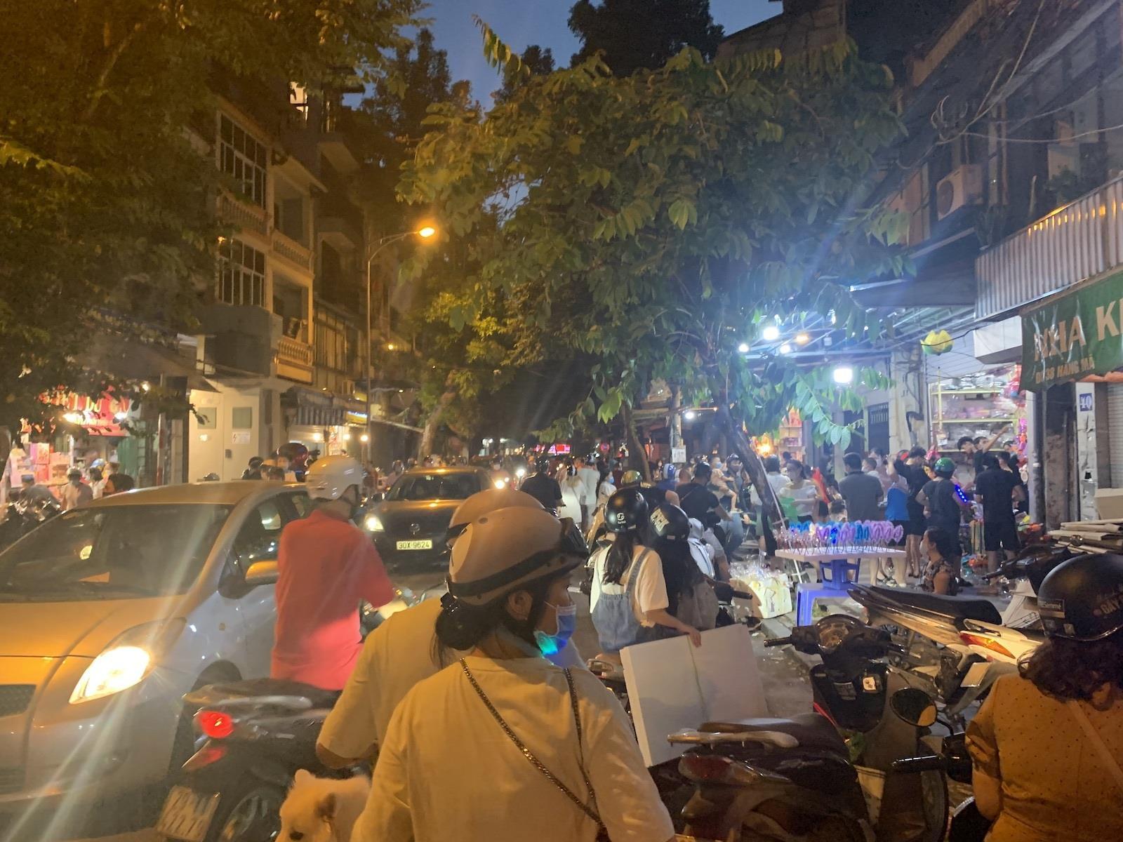 Người Hà Nội tấp nập mua sắm đón Tết Trung thu, phố Hàng Mã không còn buồn tẻ - 1