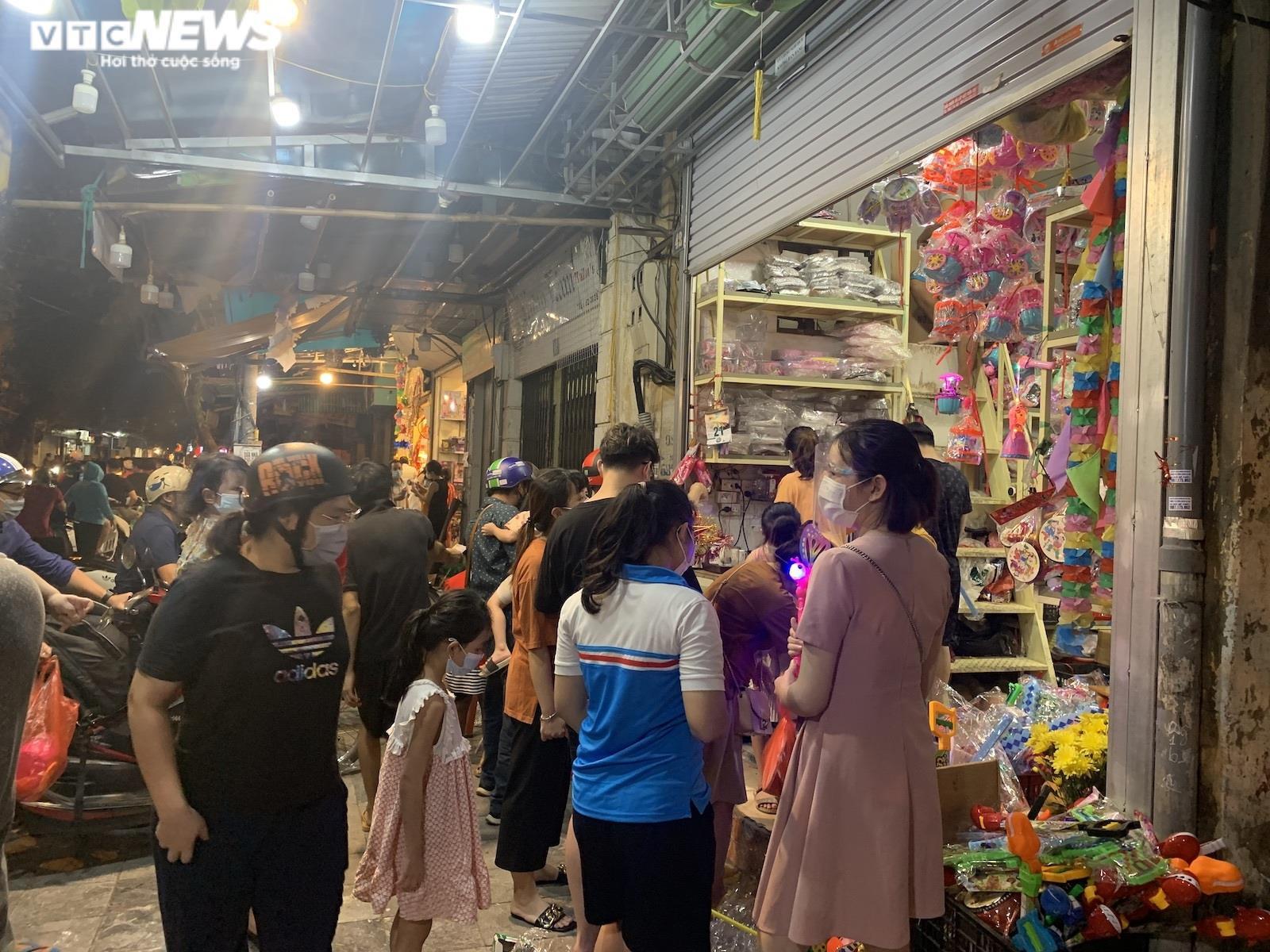 Người Hà Nội tấp nập mua sắm đón Tết Trung thu, phố Hàng Mã không còn buồn tẻ - 3