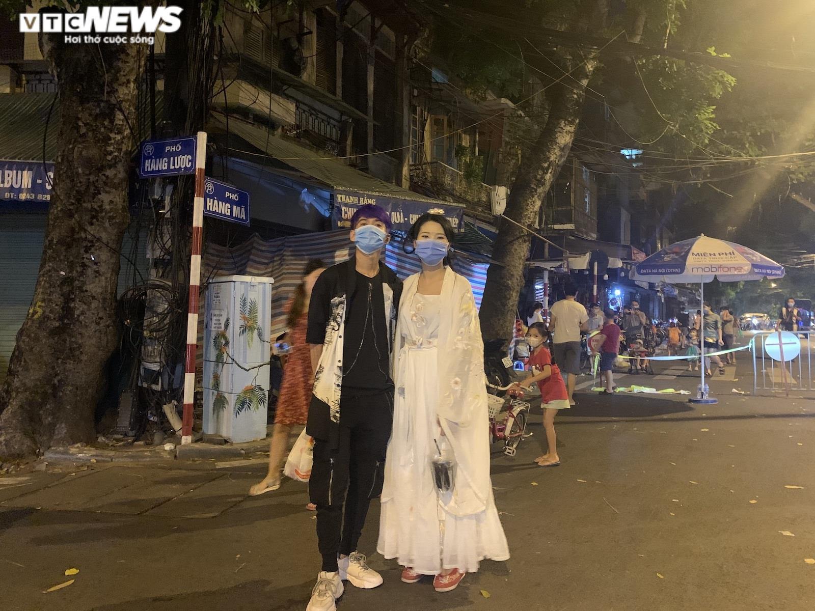 Người Hà Nội tấp nập mua sắm đón Tết Trung thu, phố Hàng Mã không còn buồn tẻ - 11