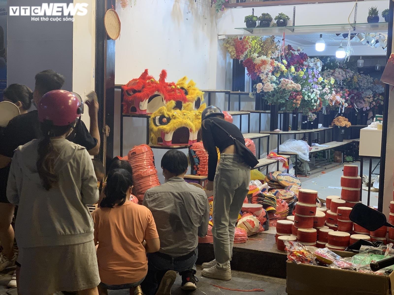Người Hà Nội tấp nập mua sắm đón Tết Trung thu, phố Hàng Mã không còn buồn tẻ - 4