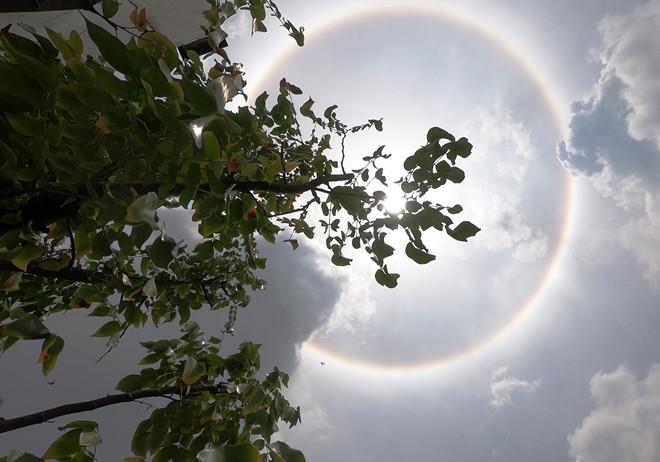 Kỳ thú quầng mặt trời: Hiện tượng thiên nhiên đẹp như truyện thần tiên, may mắn lắm mới được chứng kiến, từng xuất hiện ở Việt Nam - Ảnh 1.