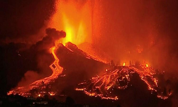 Núi lửa ở Tây Ban Nha phun trào, dung nham rực đỏ ùn ùn tràn vào nhà dân