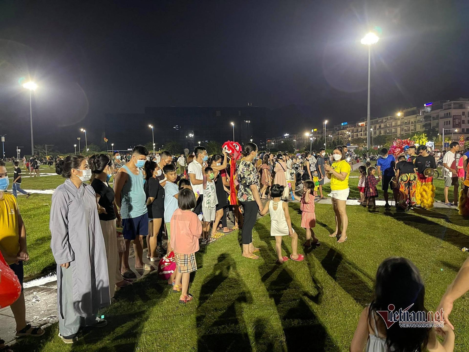 Đêm đầu tiên 'mở cửa', người Hạ Long đổ ra quảng trường xem múa lân