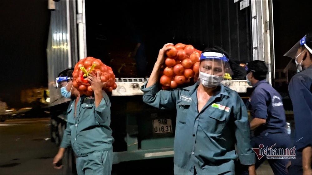 TP.HCM mở lại hết 3 chợ đầu mối lớn, hàng nghìn tấn nông sản đổ về