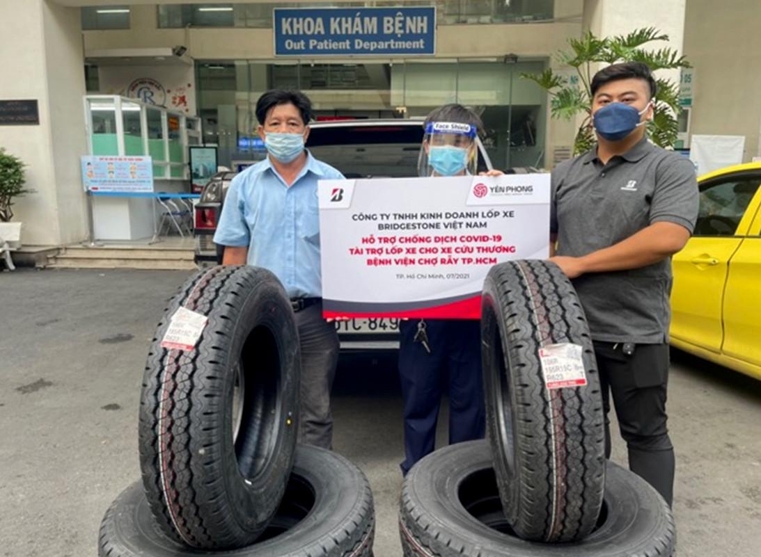 Đội cứu thương tại Bệnh viện Chợ Rẫy nhận lốp xe mới do Bridgestone Việt Nam hỗ trợ