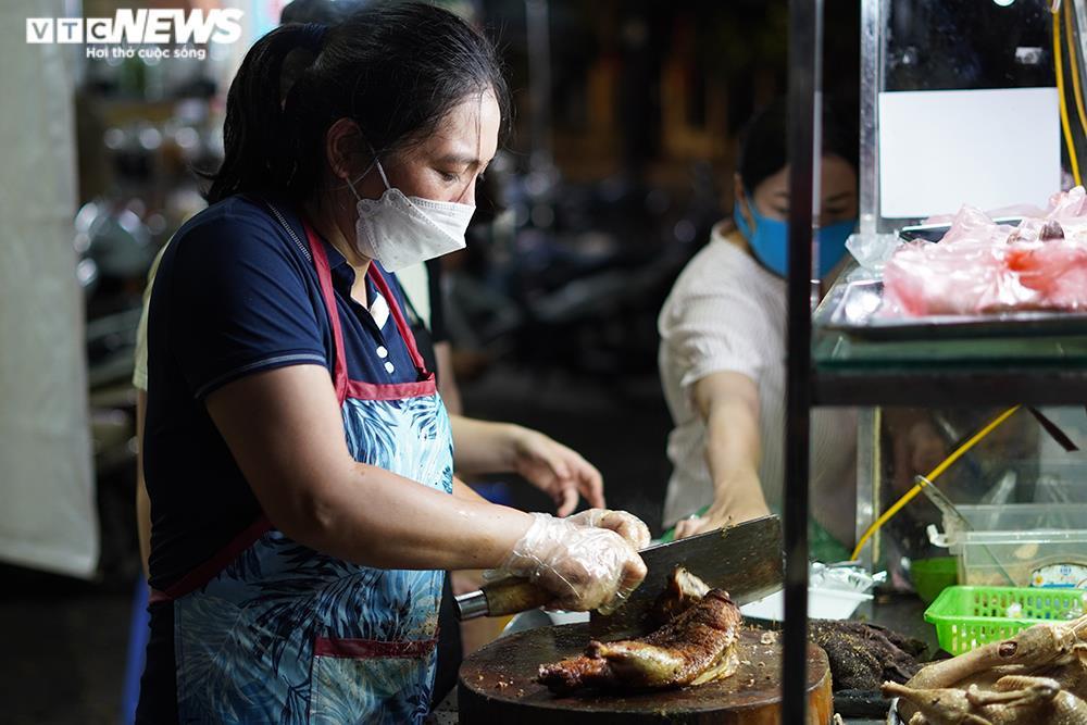 Người mua tăng đột biến, quán ăn ở Hà Nội không còn đồ để bán - 3