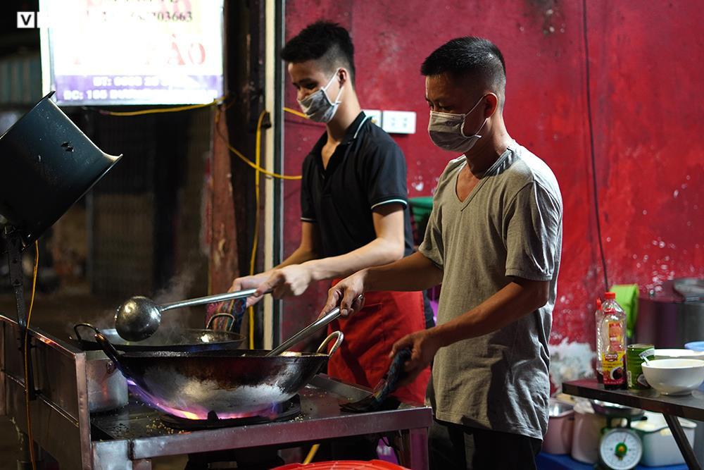 Người mua tăng đột biến, quán ăn ở Hà Nội không còn đồ để bán - 8