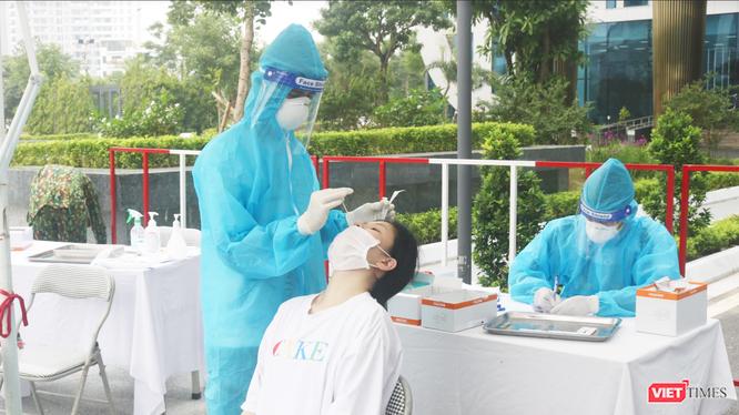 Nhân viên y tế lấy mẫu xét nghiệm COVID-19 (Ảnh - Minh Thuý)