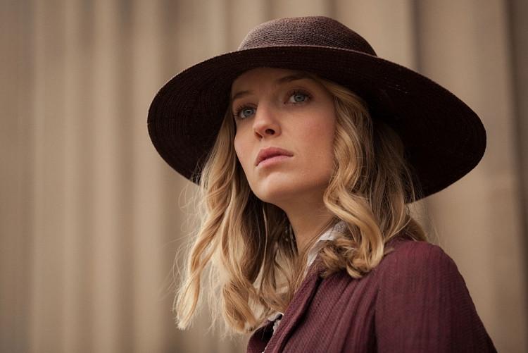Annabelle Wallis: Đóa hồng Anh quốc với vẻ đẹp cổ điển đầy ma mị, 'nàng thơ' mới của James Wan