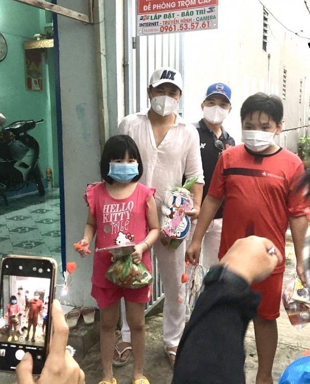 Ca sĩ Lâm Vũ và Hội thiện nguyện Chân tình chia sẻ 1.500 phần quà trẻ em khu cách ly