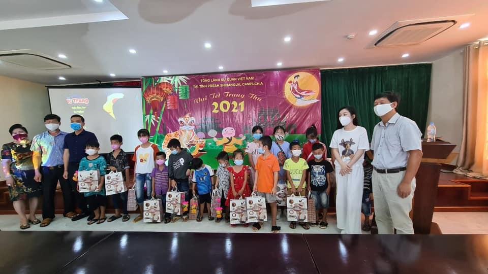 Tặng quà Trung thu cho hơn 80 trẻ em gốc Việt tại Preah Sihanouk (Campuchia)