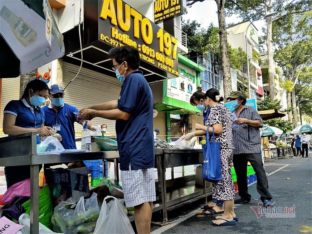 500 người dân tiêm đủ 2 mũi vắc xin được ra chợ mua đồ trực tiếp