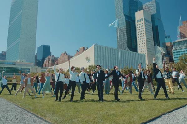 MC nổi tiếng của Mỹ bị fan BTS tế sống khi lỡ lời nhạy cảm về nhóm-4