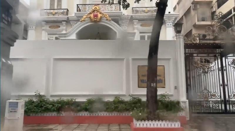 Trang Trần cưỡi xế hộp thăm nhà nữ đại gia sinh năm 1971-2