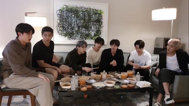 Staff của BTS bị nghi đọc trang antifan ngay trước mặt các thành viên-1
