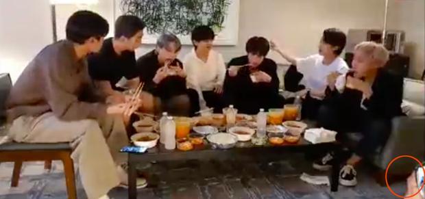 Staff của BTS bị nghi đọc trang antifan ngay trước mặt các thành viên-3