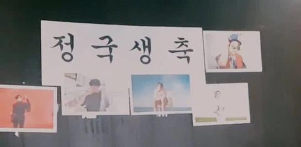 Staff của BTS bị nghi đọc trang antifan ngay trước mặt các thành viên-7