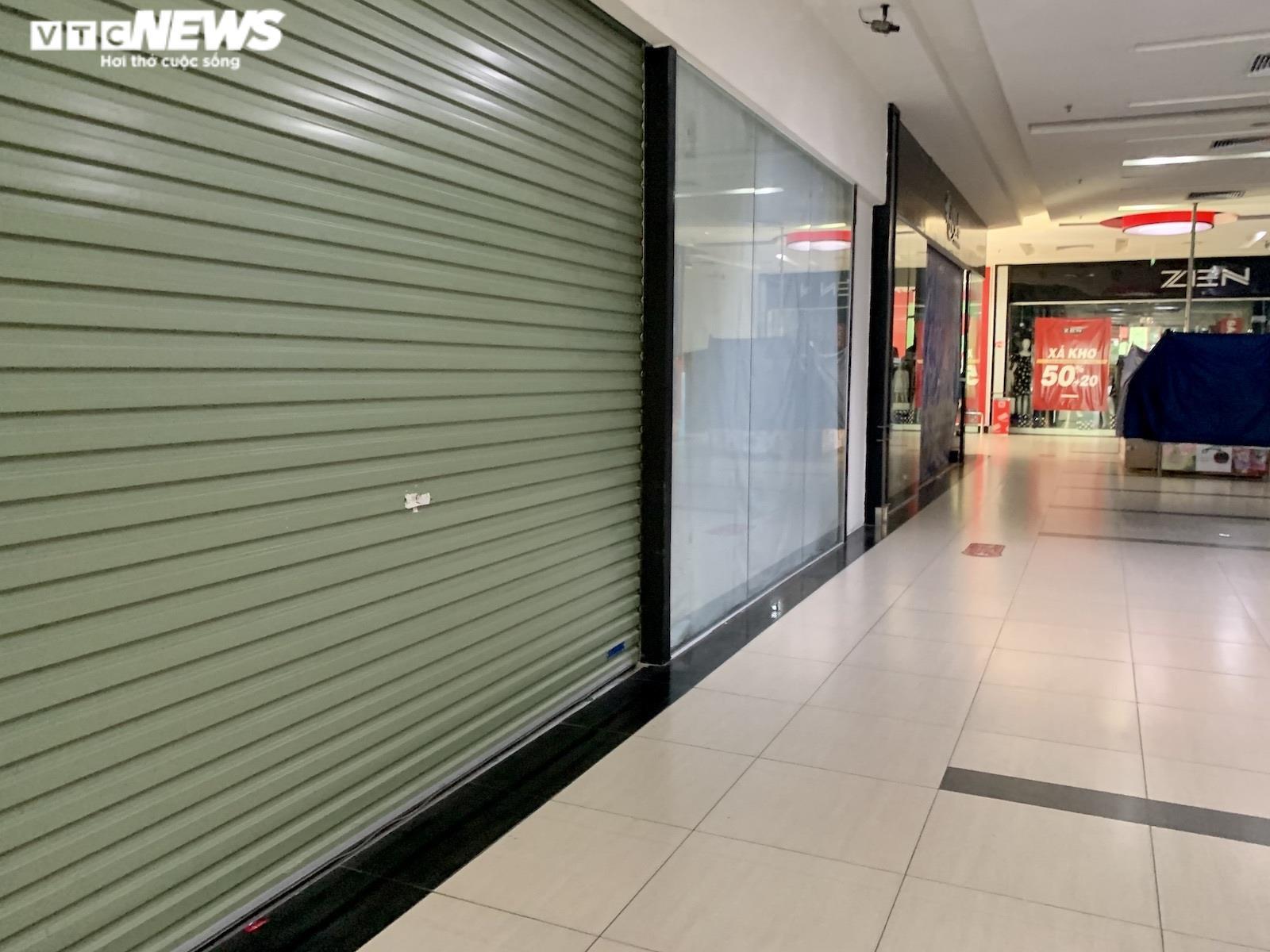 Hà Nội nới lỏng giãn cách, trung tâm thương mại vẫn ngủ vùi trong vắng lặng - 9