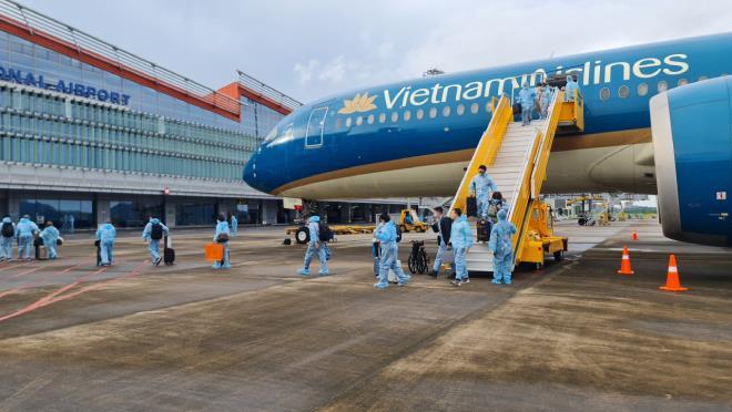 Chuyến bay cuối thí điểm 'hộ chiếu vaccine' chở hơn 300 khách về sân bay Vân Đồn - 1