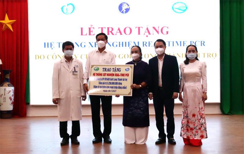 Bà Trần Cẩm Nhung, Phó Chủ tịch Thường trực HĐQT Golf Long Thành trao tặng hệ thống máy xét nghiệm cho Bệnh viện ĐK Thống Nhất hôm 6/7 (Ảnh: CDC ĐN)