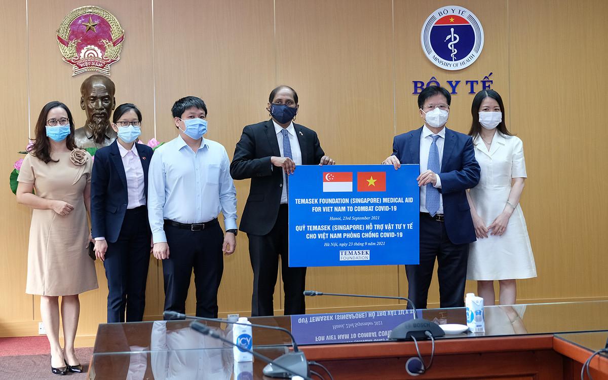 Bộ Y tế tiếp nhận vật tư y tế chống dịch COVID-19 do Quỹ Temasek Singapore tặng