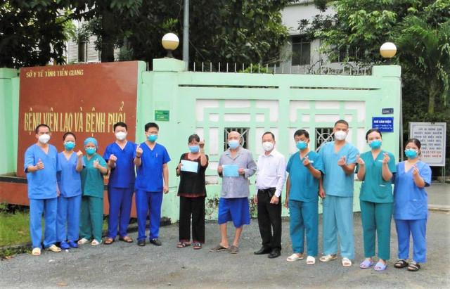 Tập thể cán bộ, y bác sĩ tại BV Dã chiến số 2 trao giấy ra viện cho 2 bệnh nhân.