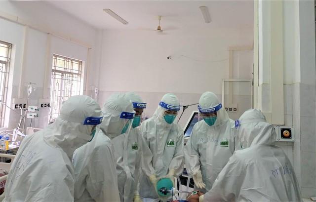 Bs Tô Hoàng Dương, Phó trưởng khoa Hồi sức tích cực - BV Hữu nghị, hướng dẫn đặt nội khí quản cho bệnh nhân suy hô hấp tại BV Dã chiến số 2.