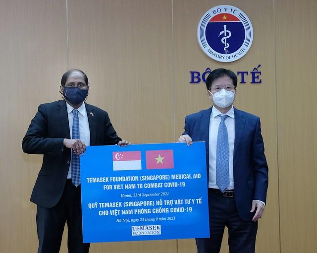 Bộ Y tế tiếp nhận vật tư y tế chống dịch COVID-19 trị giá hơn 92 tỷ đồng do Quỹ Temasek Singapore tặng - Ảnh 1.