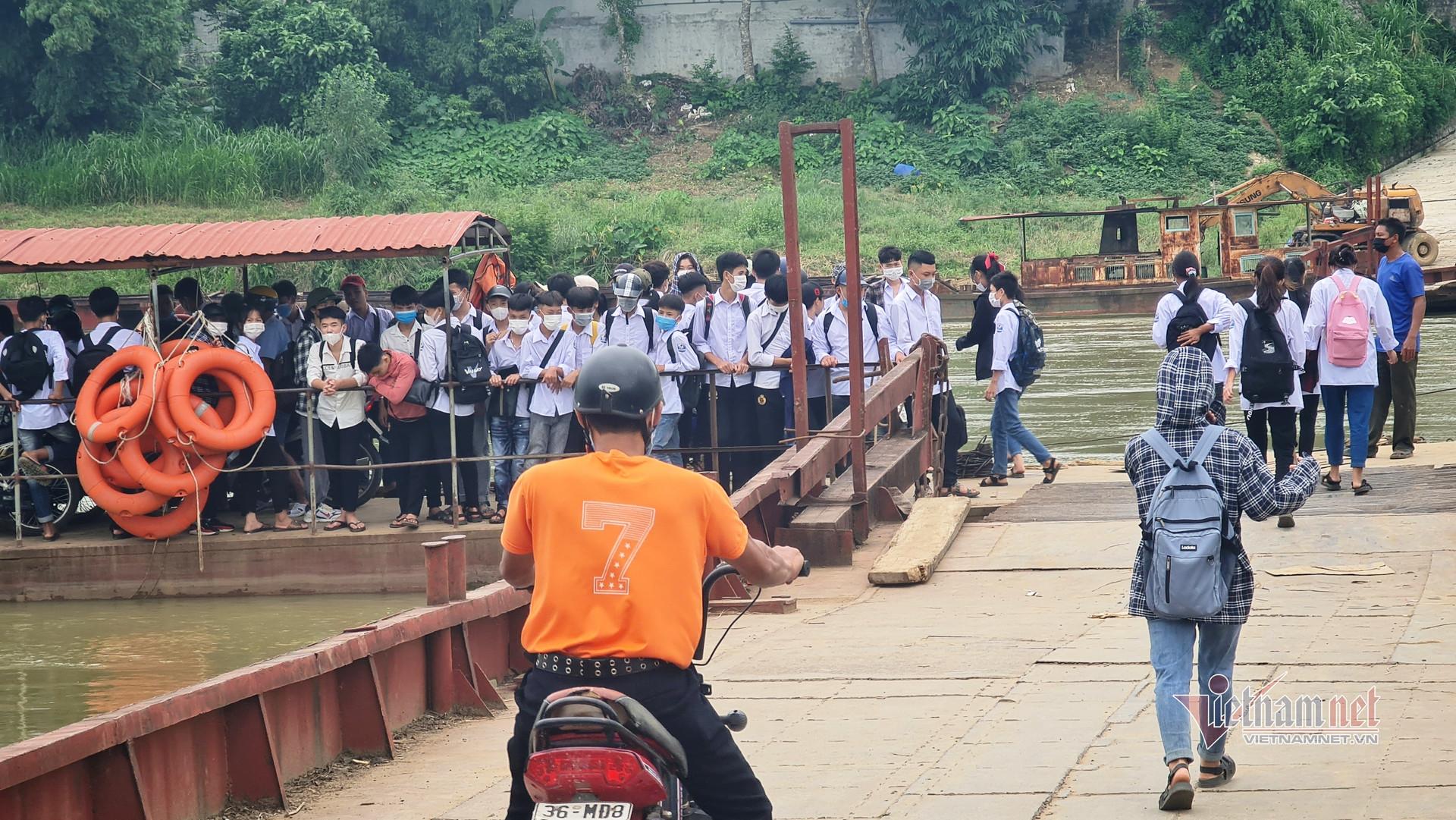 Chuyến đò 'ken cứng' người qua dòng sông chảy xiết ở Thanh Hóa