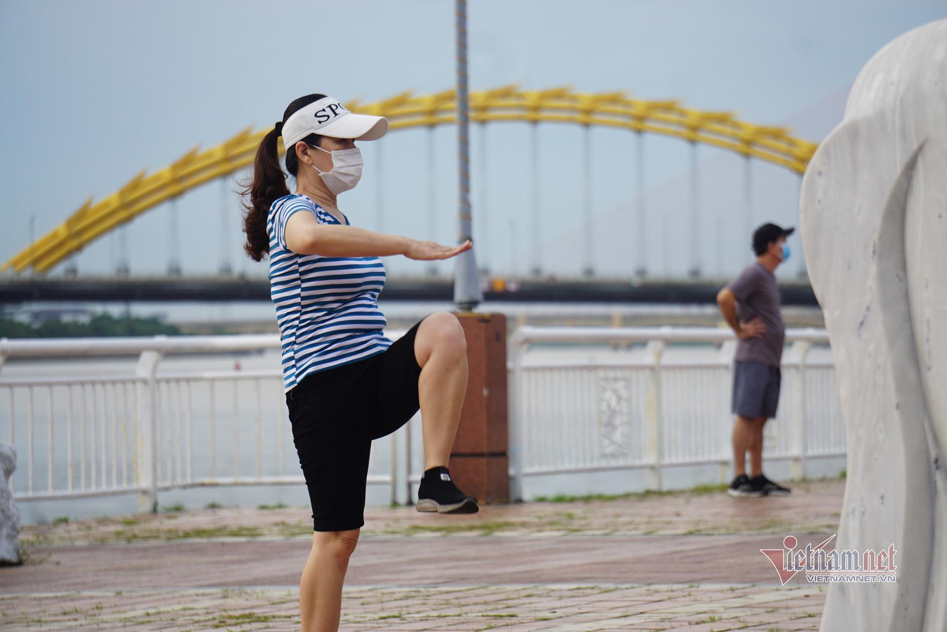 """Người dân """"vùng xanh"""" ở Đà Nẵng được tập thể dục, mua thực phẩm thoải mái hơn"""