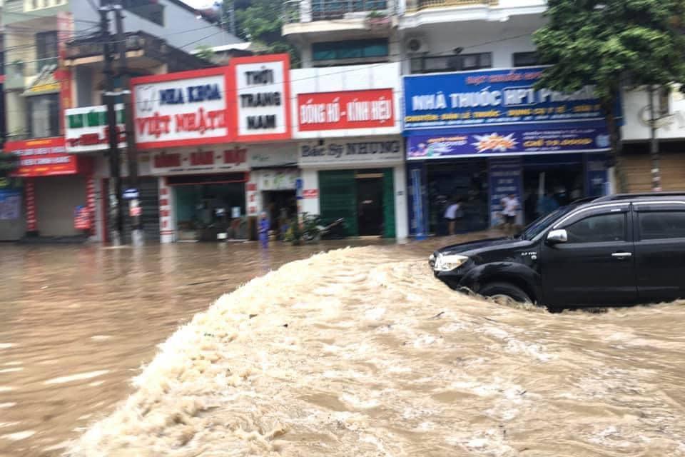 Quảng Ninh: Mưa lớn ngập đường, quân đội điều xe đón học sinh-10