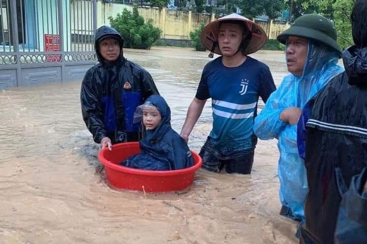 Quảng Ninh: Mưa lớn ngập đường, quân đội điều xe đón học sinh-4