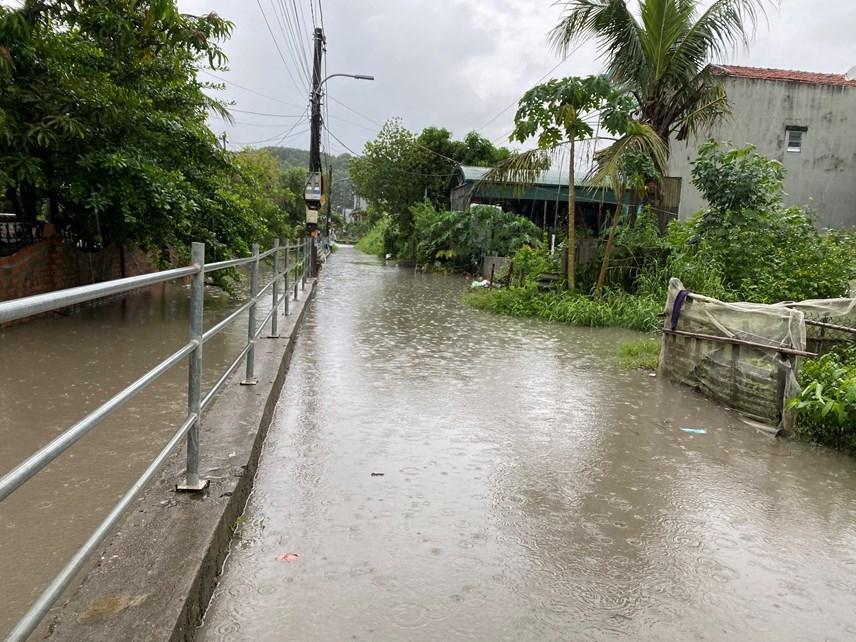 Quảng Ninh: Mưa lớn ngập đường, quân đội điều xe đón học sinh-3
