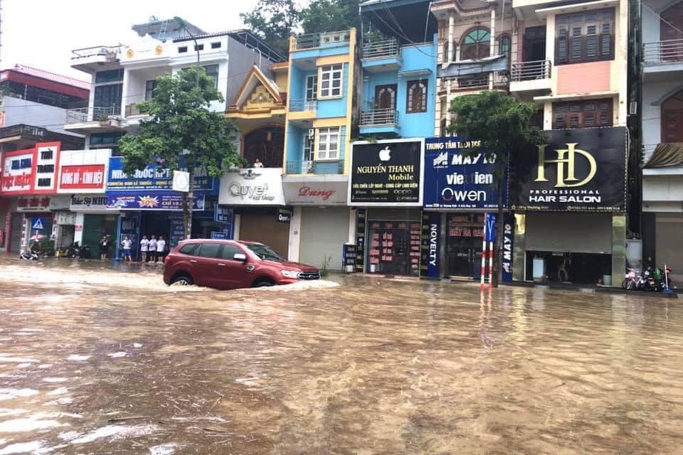 Quảng Ninh: Mưa lớn ngập đường, quân đội điều xe đón học sinh-9