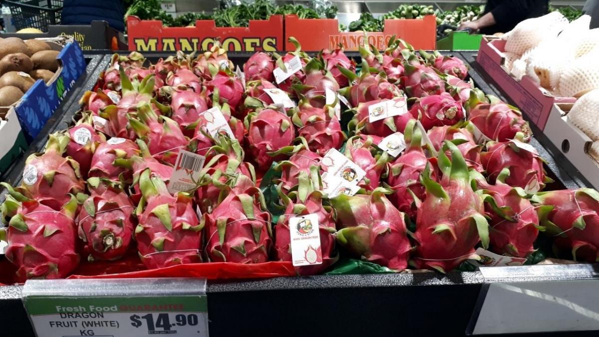 Thanh long Việt Nam phủ sắc đỏ, chiếm một góc lớn so với các quả khác tại siêu thị Thaikee - Trung tâm Sydney.
