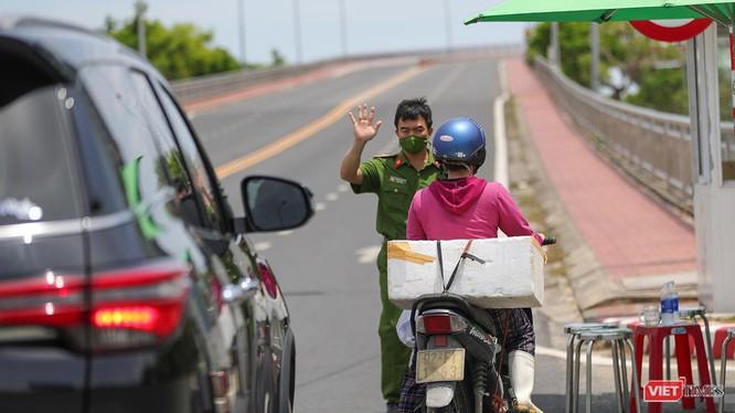 Lực lượng kiểm soát dịch Đà Nẵng hạn chế phương tiện giao thông lưu thông qua cầu Thuận Phước trong thời gian phong toả cứng toàn TP