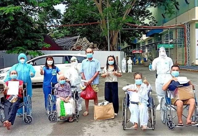 Cụ bà 92 tuổi được Trung tâm Hồi sức tích cực người bệnh COVID-19 của BV Bạch Mai tại TPHCM cho xuất viện